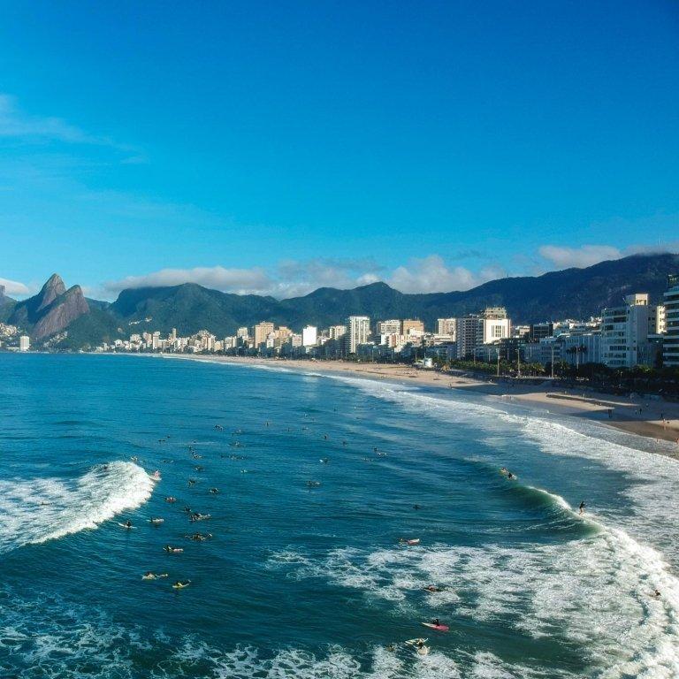 El barrio costero de Ipanema en Río de Janeiro, Brasil, es el telón de inspiración para la marca de sandalias Ipanema.