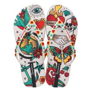 """Sandalia Ipanema de la colección """"Sem Igual Tattoo"""" con estampado de tatuajes variados (26454-21630) de color Beige/Verde"""