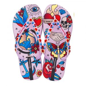 """Sandalia Ipanema de la colección """"Sem Igual Tattoo"""" con estampado de tatuajes variados (26454-25097) de color Lila/Rosa/Azul"""